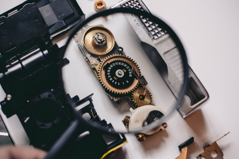 magnifying-glass-above-gear